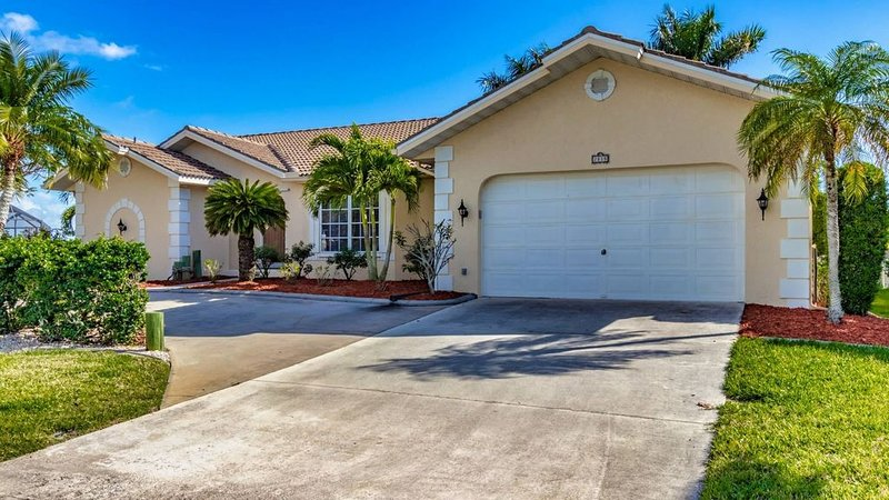 Escape and Relax at this Punta Gorda Canal home. Private pool, outdoor kitchen,, location de vacances à Punta Gorda