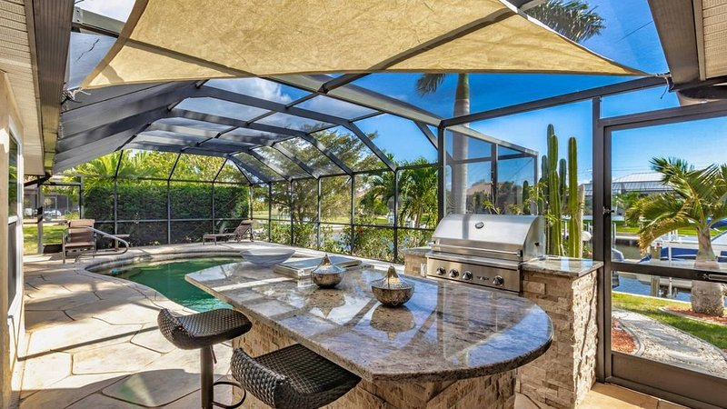 Escape and Relax at this Punta Gorda Canal home. Private pool, outdoor kitchen,, casa vacanza a Punta Gorda