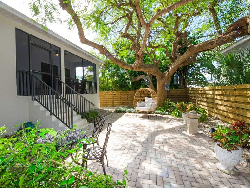 Zen Island Getaway - Walk to the Beach and St. Armand's Circle!, holiday rental in Lido Key