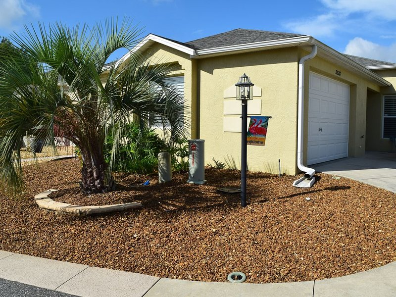 Bright, airy, upscale. Golf cart. Minutes to Sumter Landing & Brownwood Squares, Ferienwohnung in Wildwood