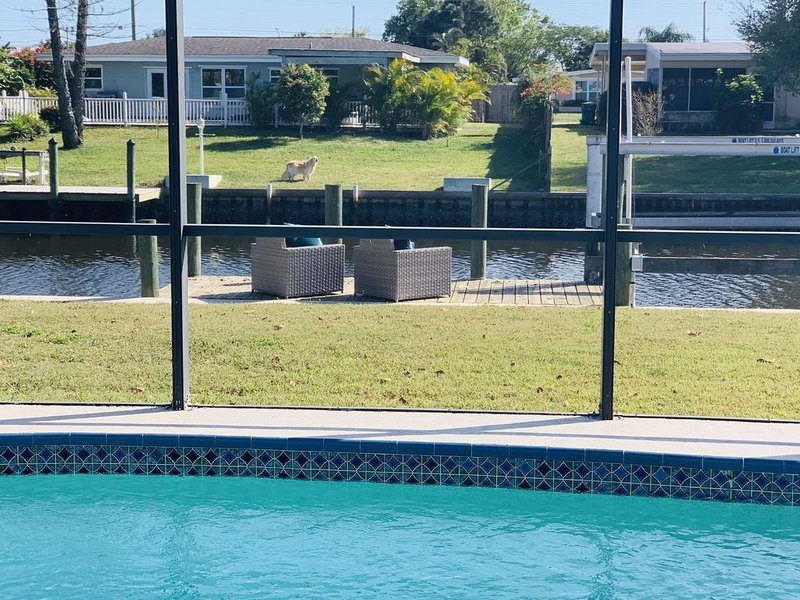 Beautiful waterfront home with saltwater pool., location de vacances à Port Charlotte