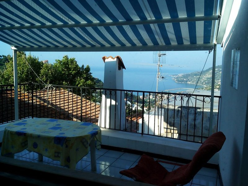 Sea hillyhouse in an ancient village.walking excursions,cycle paths by the beach, aluguéis de temporada em Sanremo