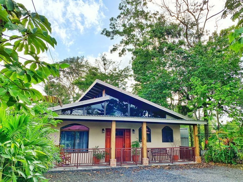 20 minutes from La Fortuna, Family-Sized House W/ Nice Porch for Bird-watching, aluguéis de temporada em Aguas Zarcas