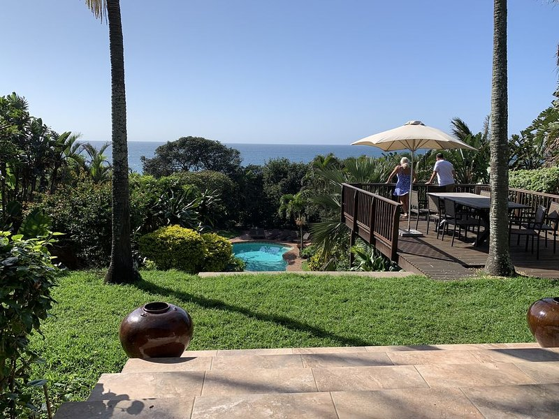 Thatch By The Sea - specious beach house with pool and direct beach access, location de vacances à Stanger