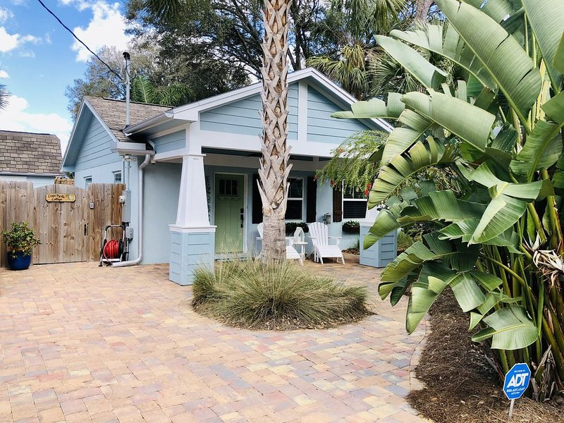 The One Bedroom Beautiful Blue Jacksonville Bungalow, vacation rental in Southside