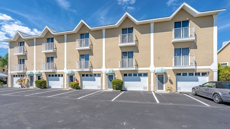 Welcome to this gorgeous townhome located at the Villages of Oyster Creek., vacation rental in Englewood