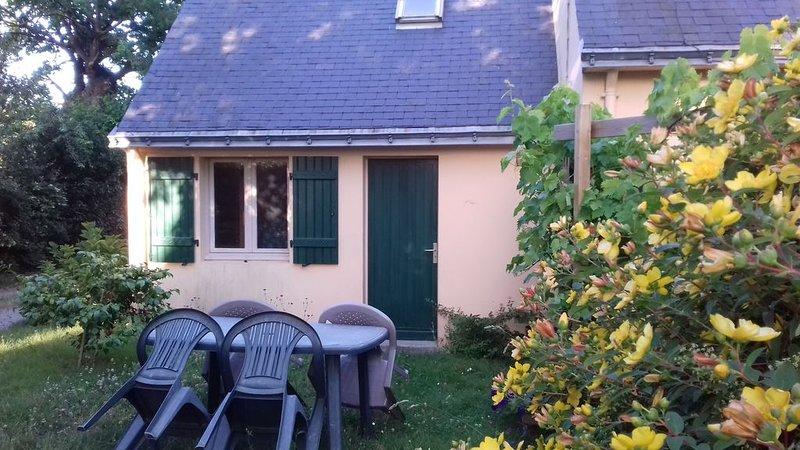 Entre mer et salines, Appartement dans maison entourée d'un jardin ., location de vacances à Asserac