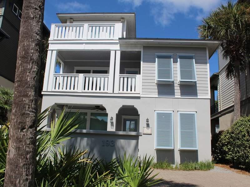 ~50 Yds from the beach and 1.5 blocks from Rosemary Town Square, casa vacanza a Rosemary Beach