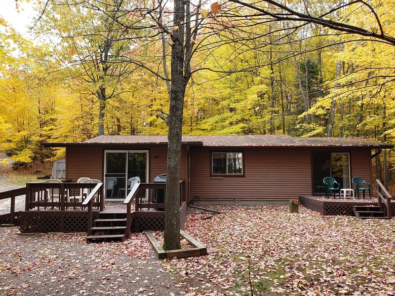 Gabe's Getaway: Peace, Privacy and a Pontoon! 3 br, 1 and 1/2 bath, no steps!, vacation rental in Eagle River