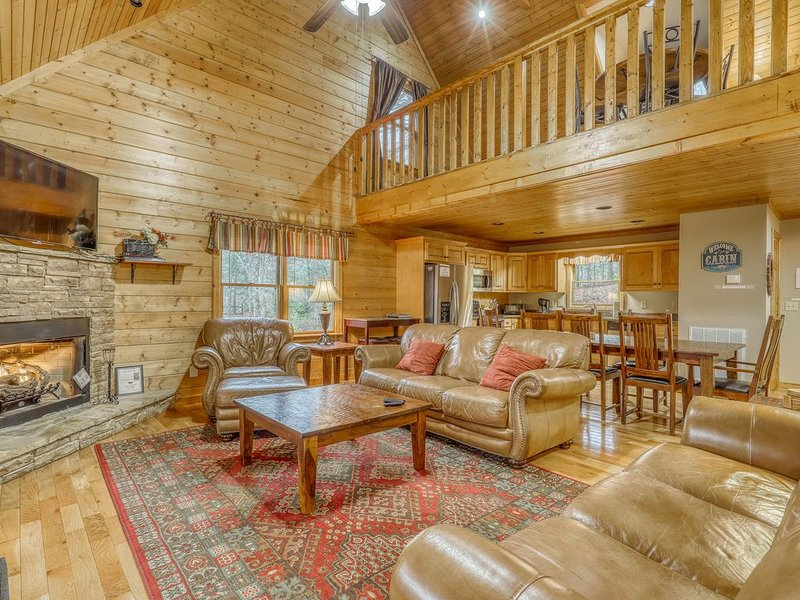 Wonderfully secluded dog-friendly mountain home w/ private hot tub & firepit!, alquiler de vacaciones en Morganton