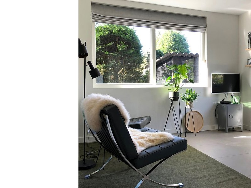 Studio EIKEN, modern 2-persoons verblijf met eigen tuin, nabij dorp, bos en duin, holiday rental in Oterleek
