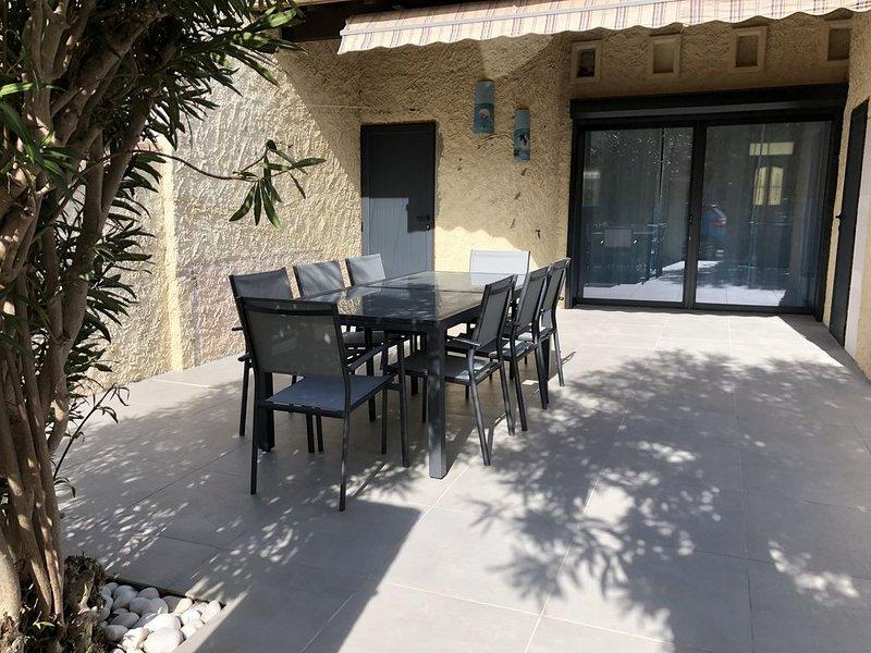 Maison de 80m2 entièrement climatisée avec terrasse de 40m2 à 200 m de la plage., casa vacanza a Le Grau-du-Roi