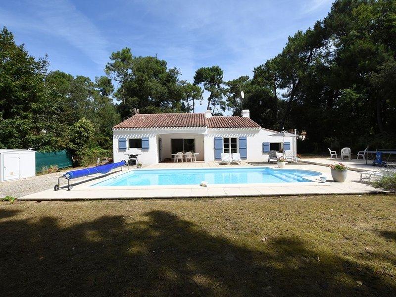 VILLA AVEC PISCINE CHAUFFEE DANS LA FORET DES PINS PRES DE LA MER JARD SUR MER, holiday rental in Jard-sur-Mer