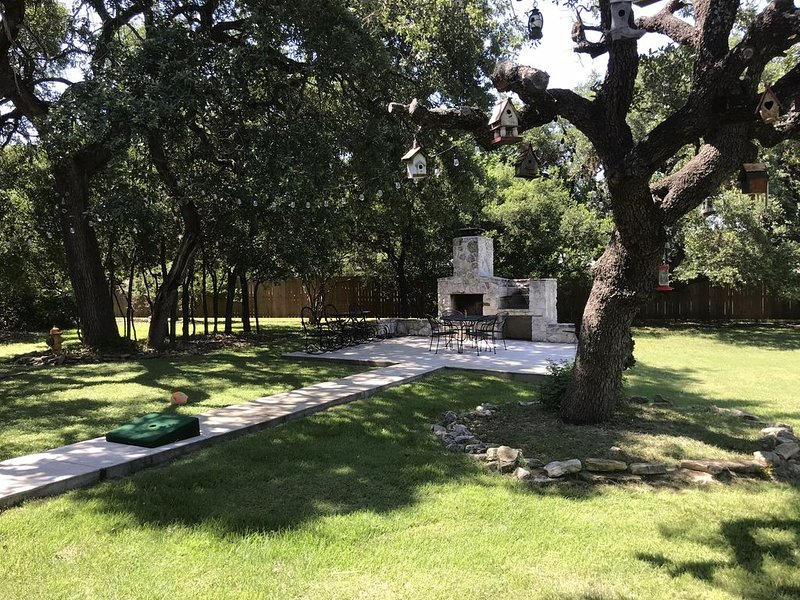 Twisted Spikes sleeps 16, 1 mile to Frio River crossing, vacation rental in Sabinal