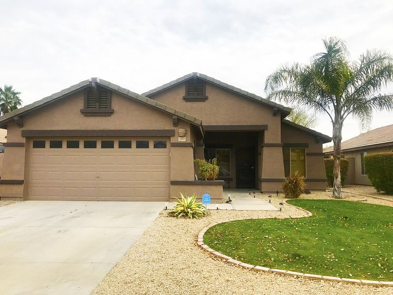 Awesome Chandler Home With 4 Bedrooms and Heated Pool in Private Backyard, alquiler de vacaciones en Chandler