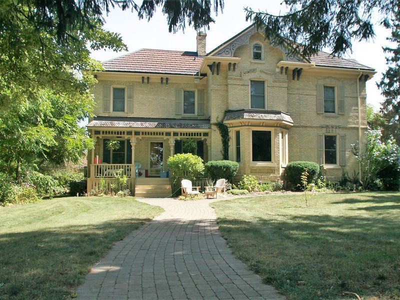 Bayfield Manor--Largest historic rental home in Bayfield, location de vacances à Bayfield