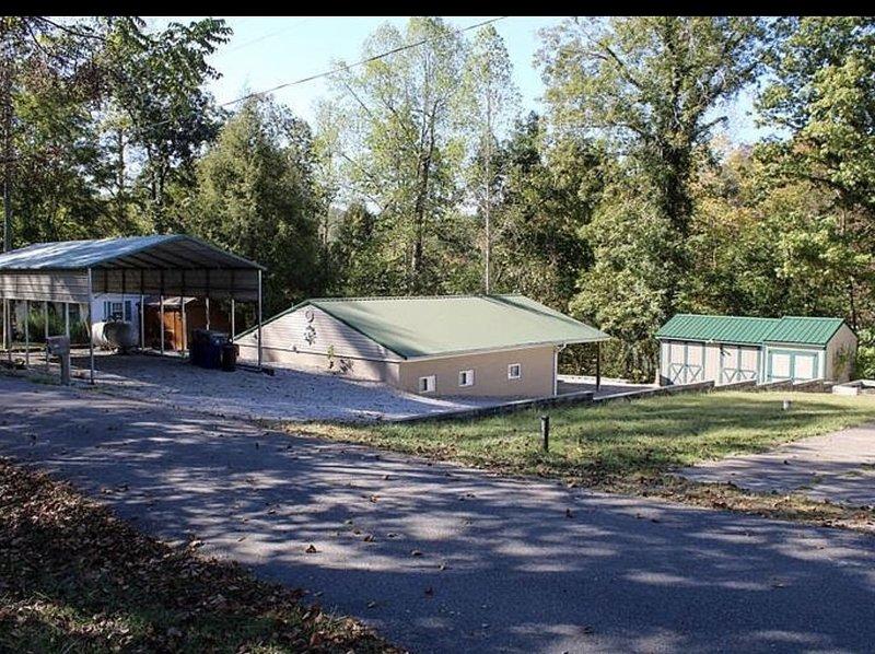 Lake Cumberland Lake Front Cabin!!!, casa vacanza a Bronston