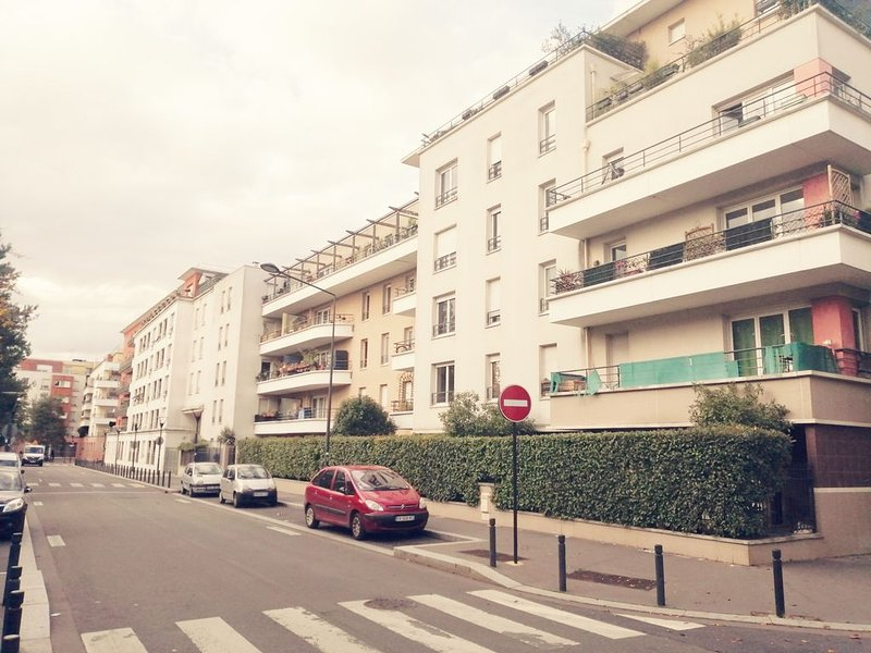 GRAND 3 PIECES +70 M2, A 2 MINUTES DU METRO ET PARIS/9 PERSONNES/PARKING, vacation rental in Stains