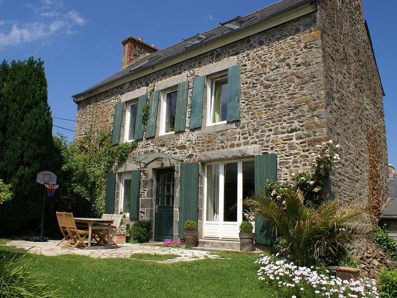 Maison de caractère tout confort avec jardin clos et proche de la mer, casa vacanza a Pordic
