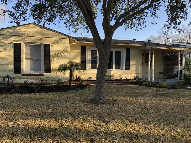 Charming and Updated Primrose Cottage close to Corpus Christi Bay & Attractions, holiday rental in Robstown