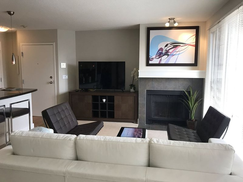 2 BR, 2 BA Newly Renovated Condo with Pool, vakantiewoning in Calgary