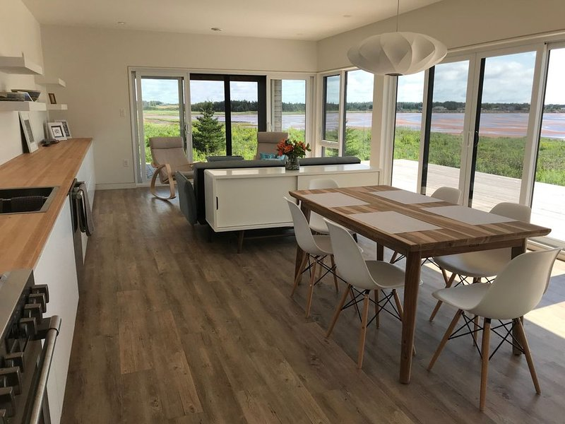 Brand New, Ocean Front, Modern Vacation Home With Access To Cove – semesterbostad i Bedeque