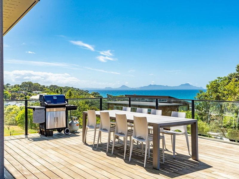 Langs Beach House - Modern, sunny holiday home with large decks and stunning vie, vacation rental in Mangawhai Heads