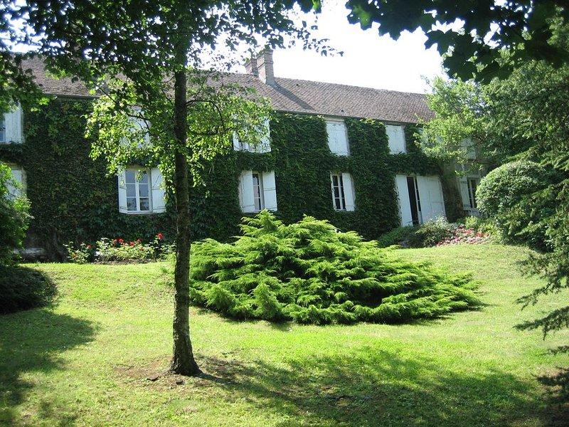 Maison de charme en forêt de Fontainebleau dans un village de caractère, holiday rental in Larchant