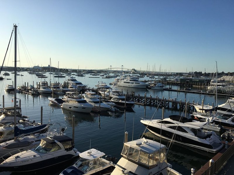Wyndham Inn on the Harbor, One Bedroom Harborfront suite right off Thames, holiday rental in Newport