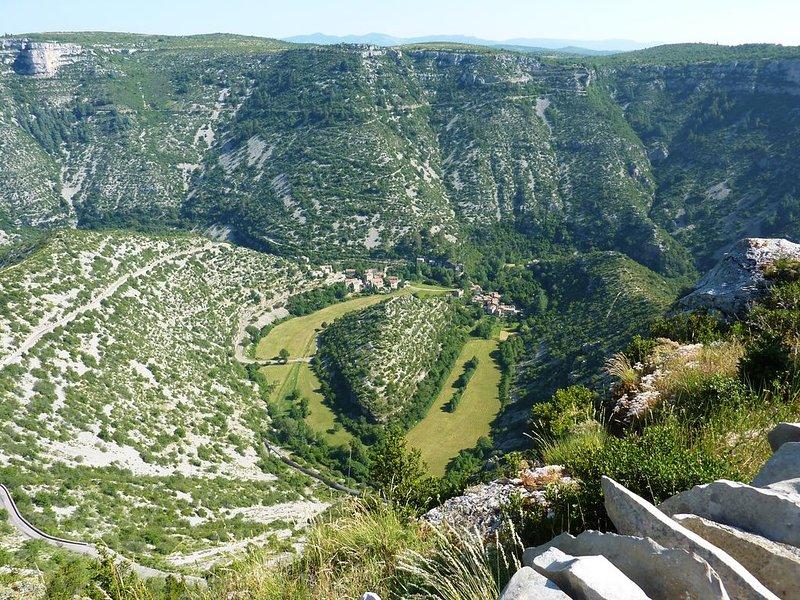 Situation et Vue dominante sur la Vallée de l'Arre, aluguéis de temporada em Alzon