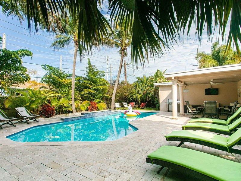 Luxury Villa w/ Heated Pool & Hot Tub + Huge Private Tropical Yard by the Beach, holiday rental in Dania Beach