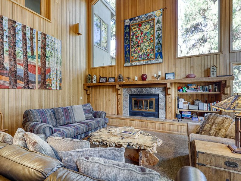 Eclectic family-friendly home w/private hot tub, shared pool access, & grill!, alquiler vacacional en Black Butte Ranch