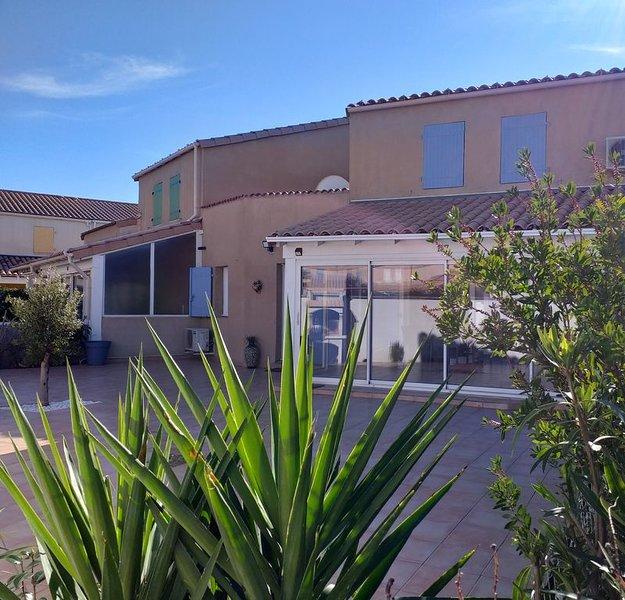 Villa tout confort à 500m de la plage, Clim, WIFI, parking, piscine., casa vacanza a Portiragnes