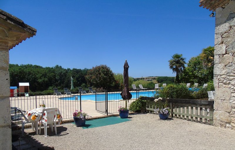 Le Nid - Fantastic Studio Gite with pool  in 30+ acres nr Bergerac, vacation rental in Saint Julien d'Eymet