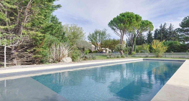 Grand MAS PROVENCAL entièrement rénové avec piscine de 15 mètres, holiday rental in Eyragues