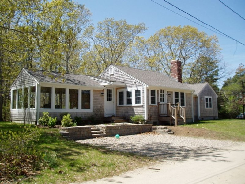 Welcoming 3 Bedroom Cottage Near Beaches, holiday rental in Harwich Center