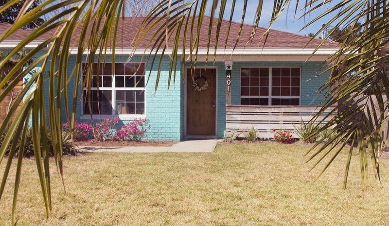 *New listing! Deja Blue beach bungalow.. 5 minute walk to the beach!, alquiler de vacaciones en Ebro