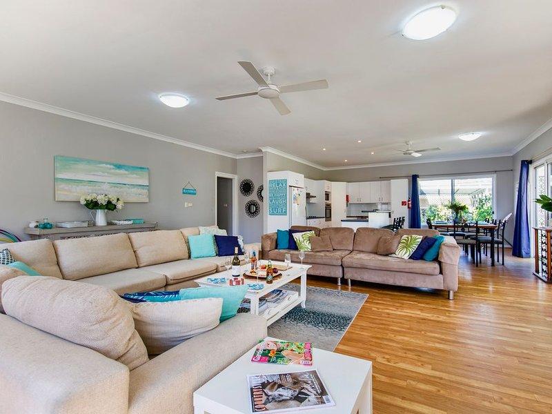 Mar-Lin's Beach House  great for a family holiday. 3 min walk to beach Free wifi, location de vacances à Callala Beach