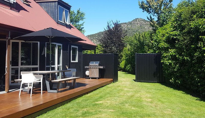 Cozy, quiet and peaceful yet so close to Wanaka, holiday rental in Lake Hawea