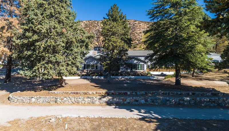 Cozy stay at the Lake Hughes Inn, holiday rental in Lancaster