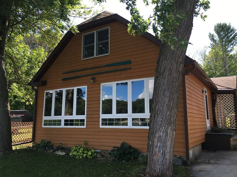 Cozy Lakefront House, holiday rental in Janesville