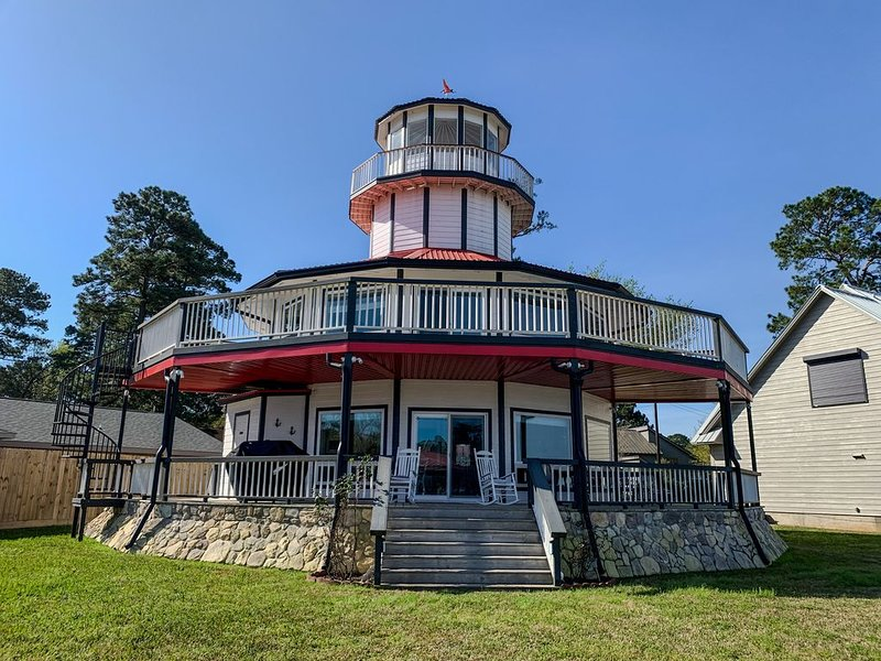Waterfront Lighthouse with Large Dock for a Great Family Getaway – semesterbostad i Livingston