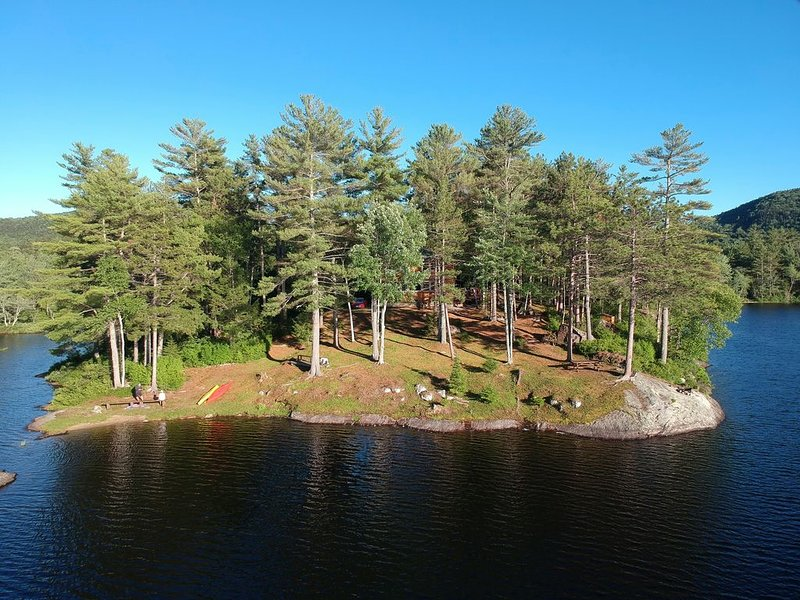 With a little more waterfront this would be an island - unmatched privacy, alquiler de vacaciones en Bryant Pond