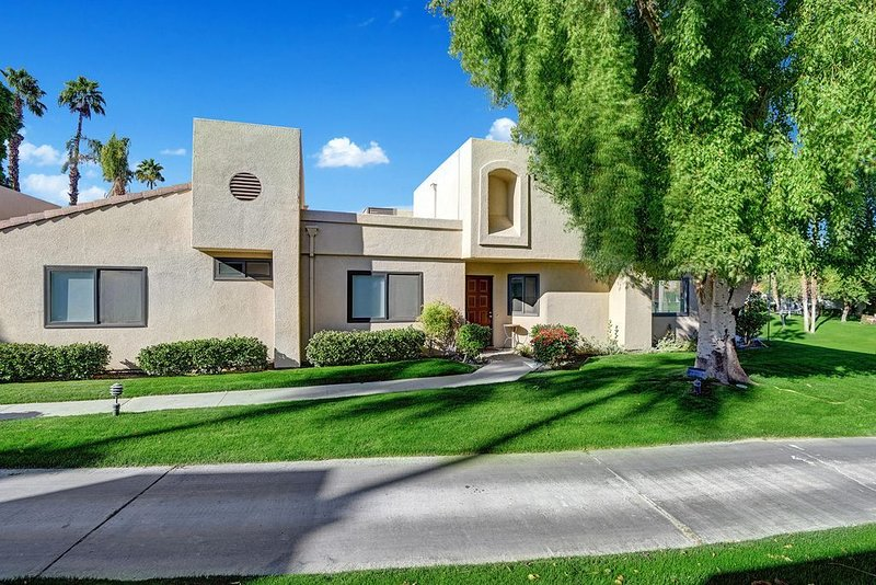 Palm Valley Country Club, 1647 sf,  3bd, 2ba located on 18th fairway, holiday rental in Palm Desert