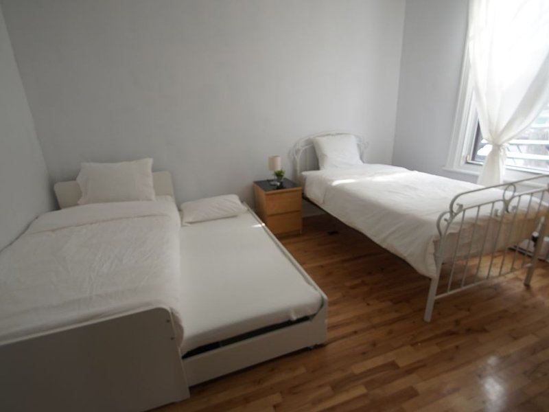 Full house with hot tub and garden / patio next to Olympic Stadium, vacation rental in Montreal