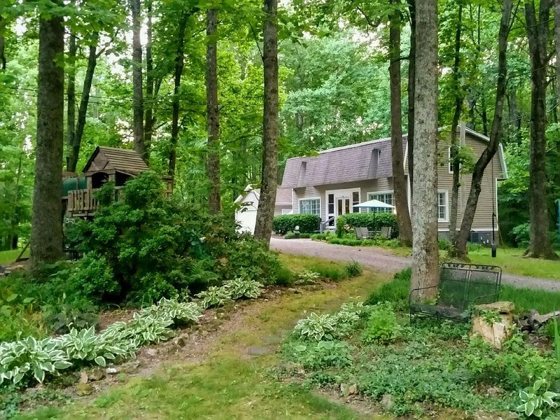 Cozy Cottage Wooded Retreat, aluguéis de temporada em Hendersonville