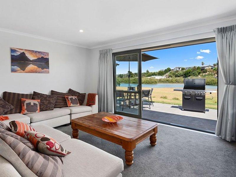 The Waterfront Ruakaka - Ruakaka Holiday Home, holiday rental in Whangarei