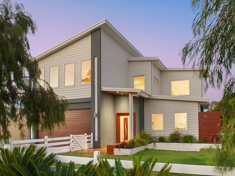 Backing onto Golf Course & just moments away from Dunsborough's stunning beaches, vakantiewoning in Anniebrook
