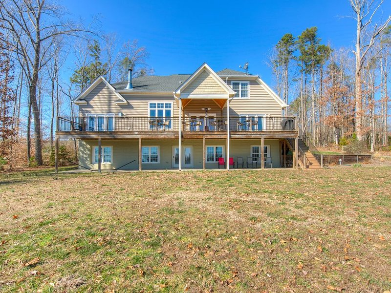 Splendid, dog-friendly, lakefront home w/ a private dock & amazing views, holiday rental in Mineral