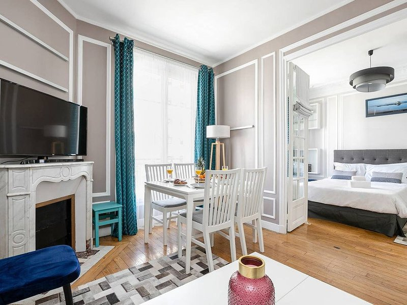 CHARMING FLAT MINUTES FROM CHAMP DE MARS & EIFFEL TOWER, holiday rental in Vanves